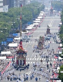 御池通を進む長刀鉾(手前)=京都市中京区で2018年7月17日午前11時14分、川平愛撮影