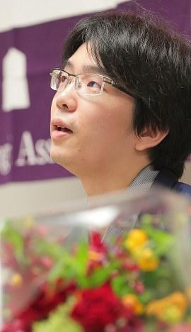 棋聖戦第5局で、羽生善治竜王に勝って初のタイトルを獲得した豊島将之新棋聖=東京都千代田区で2018年7月17日午後7時45分、和田大典撮影