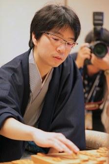 棋聖戦第5局で、羽生善治竜王に勝って初のタイトルを獲得した豊島将之新棋聖=東京都千代田区で2018年7月17日午後6時49分、和田大典撮影