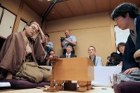棋聖戦第5局で、豊島将之新棋聖に敗れた羽生善治竜王(左)=東京都千代田区で2018年7月17日午後6時54分、和田大典撮影