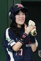 【七十七銀行(仙台市)-三菱重工神戸・高砂(神戸市・高砂市)】一回裏、三菱重工神戸・高砂の得点に笑顔を見せるチームマスコットの小浦方優美さん=東京ドームで2018年7月17日、渡部直樹撮影