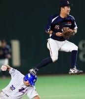 【仙台市(七十七銀行)-神戸市・高砂市(三菱重工神戸・高砂)】三回裏仙台市1死一塁、野村の投ゴロで二塁への送球がそれ、滑り込む走者・篠川(下)とジャンプして捕球する神戸市・高砂市の二塁手・原田=東京ドームで2018年7月17日、梅村直承撮影