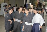 スマートフォンで和装の姿を自撮りする学生たち=東京都渋谷区の国学院大キャンパスで2018年7月6日