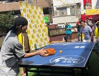 スリッパを握りしめ、ラリーの応酬を繰り返す。卓球台のエッジをかすめる球やスマッシュに周囲は大盛り上がり