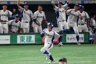 【鹿嶋市(新日鉄住金鹿島)-京都市(日本新薬)】七回表鹿嶋市2死満塁、右中間に勝ち越しの2点二塁打を放ち一塁に向かう堀越(手前)と、ベンチで喜ぶ選手たち=東京ドームで2018年7月18日、山田尚弘撮影