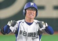 【鹿嶋市(新日鉄住金鹿島)-京都市(日本新薬)】七回表鹿嶋市2死満塁、右中間に勝ち越しの2点二塁打を放ち、喜ぶ堀越=東京ドームで2018年7月18日、徳野仁子撮影