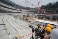 報道陣に公開された建設中の新国立競技場=東京都新宿区で2018年7月18日午前11時58分、和田大典撮影