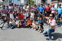 ストライダーレースに出場した子供達と記念撮影=JBCF提供