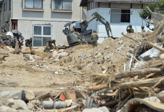 土砂崩れ現場で今も続く、自衛隊による安否不明者の捜索活動=広島県呉市で2018年7月17日午後1時42分、木葉健二撮影