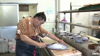 <プロフィル>前田尚毅(まえだ・なおき) 1974年、静岡県焼津生まれ。この地で60年続く老舗「サスエ前田魚店」5代目。県立焼津水産高等学校時代には、競りの記録係を務めるなど魚に関わるアルバイトに勤しみ卒業後、本格的に仕事をスタート。ミシュラン三ツ星の「鮨よしたけ」、The World's 50 Best Restaurants 2018で17位の「傳」、2013年のボキューズ・ドールで世界3位に輝いた浜田統之が料理長を務める「星のや東京」など、国内外の一流飲食店に焼津から魚を納める。魚一筋で趣味は魚を食べること。こわもての風貌だが、売るために買った魚が可愛くなって店の水槽で飼い始めるなど意外過ぎる一面も。家族は妻と2人の子供。