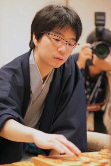 Masayuki Toyoshima, who defeated Yoshiharu Habu to claim the Kisei shogi title, makes a move on July 17, 2018, in Tokyo's Chiyoda Ward. (Mainichi)