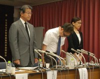 Hirobumi Kawakita, left, president of the Kawakita Medical Foundation, and other officials offer an apology for overlooking a woman's lung cancer during medical examinations, at Kawakita General Hospital in Suginami Ward, Tokyo, on July 17, 2018. (Mainichi)