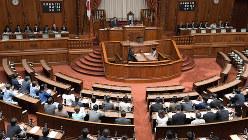 働き方改革関連法が与党などの賛成多数で可決、成立した参院本会議=国会内で2018年6月29日、川田雅浩撮影