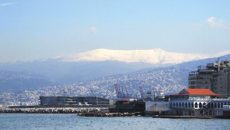 ベイルート港からレバノン山脈を望む。フェニキア語で白の意味の「レバン」からレバノンの名がついた。この山脈に降る雪を意味する(写真は筆者撮影)