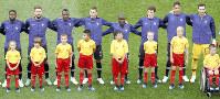サッカーW杯の決勝でフランスの選手とともに入場したエスコートキッズ=ロイター