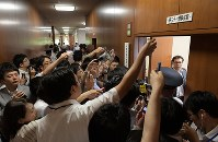 参院の伊達忠一議長の不信任決議案が同院に提出されたため、参院内閣委員会の休憩後に開かれた理事会の出入り口に詰めかけるする報道陣=国会内で2018年7月19日午前11時34分、川田雅浩撮影