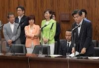 参院内閣委員会でカジノを含む統合型リゾート(IR)実施法案の付帯決議案について発言する石井啓一国土交通相(右端)。左は傍聴席で抗議する野党議員たち=国会内で2018年7月19日午後4時56分、川田雅浩撮影