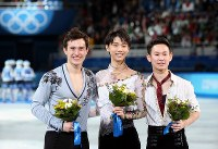ソチ五輪の男子フィギュアで3位のデニス・テン(右)。中央は優勝し笑顔を見せる羽生結弦、左は2位のパトリック・チャン=ロシア・ソチのアイスベルク・パレスで2014年2月14日、貝塚太一撮影