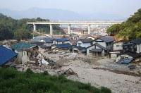 依然として土砂が残る住宅街=広島県坂町で2018年7月19日午前7時6分、宮武祐希撮影