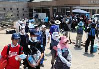 帽子やタオルで暑さ対策をしてボランティア先に向かう人たち=岡山県倉敷市真備町地区で2018年7月19日午前11時9分、幾島健太郎撮影