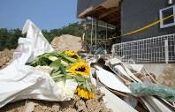 倒壊した家屋の前に置かれたひまわり=広島県熊野町で2018年7月19日午後2時43分、宮武祐希撮影