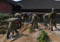 不明者の捜索をする自衛隊員=広島県呉市で2018年7月19日午後2時55分、猪飼健史撮影