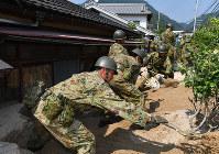 不明者の捜索をする自衛隊員=広島県呉市で2018年7月19日午後3時1分、猪飼健史撮影