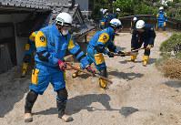 不明者の捜索をする警察官ら=広島県呉市で2018年7月19日午後2時48分、猪飼健史撮影