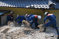 不明者の捜索をする消防隊員=広島県呉市で2018年7月19日午後3時10分、猪飼健史撮影