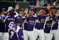 【大阪市(大阪ガス)-君津市(新日鉄住金かずさマジック)】三回裏新日鉄住金かずさマジック2死満塁、右越え逆転満塁本塁打を放った野坂(左から2人目)を笑顔で迎える選手たち=東京ドームで2018年7月19日、渡部直樹撮影