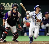 【大阪市(大阪ガス)-君津市(新日鉄住金かずさマジック)】三回表大阪ガス1死二塁、小深田(右)が右越え2点本塁打を放つ(捕手・小関)=東京ドームで2018年7月19日、梅村直承撮影