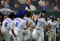 【大阪市(大阪ガス)-君津市(新日鉄住金かずさマジック)】三回表大阪ガス1死二塁、右越え2点本塁打を放った小深田(右手前)を迎える選手たち=東京ドームで2018年7月19日、梅村直承撮影