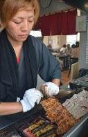 うな重用に手際よく焼かれるウナギ=千葉県成田市のうなぎ新川本店で2018年7月17日、藤渕志保撮影