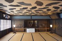 天井に58枚もの扇面が貼られた角屋の「扇の間」(見学は春と秋のみで、要予約)=京都市下京区西新屋敷揚屋町で、谷田朋美撮影