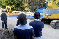 捜索を見守る晋川尚人さんの父芳宏さん(右端)と弟賢也さん(右から2人目)=広島市安芸区矢野町で2018年7月16日、津村豊和撮影