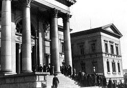 十五代目住友友純が建物を寄贈した大阪府立中之島図書館=1952年7月撮影