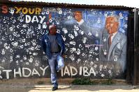 「マディバの遺志を受け継ぐ指導者がほしい」と話すパーシー・ヌダバさん=アレクサンドラで6月14日