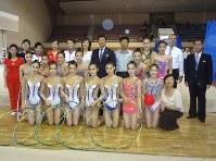 北朝鮮を訪問し、新体操の練習場を視察した渡辺会長(中央)=FIG提供