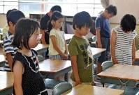 終業式後、西日本豪雨による犠牲者を悼んで教室で黙とうする呉市立原小学校の児童たち=広島県呉市で2018年7月20日午前9時、猪飼健史撮影