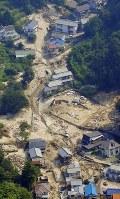 被災後、2週間が経過した集落の様子=広島県呉市で2018年7月20日午前9時29分、本社ヘリから望月亮一撮影