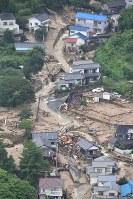 濁流に襲われた市街地=広島県呉市で2018年7月8日午後0時55分、本社ヘリから加古信志撮影