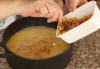 お米をといで普通に水を入れて、コンソメ顆粒、ターメリック、ゆでたひよこ豆、ヨーグルトを入れて炊きます=小川昌宏撮影