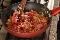 フライパンに油を熱し、クミンを加えてほぐしながら炒め、ひき肉を加えて炒め合わせる=小川昌宏撮影