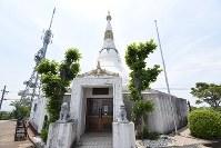 眉山山頂にそびえ立つ「平和記念塔パゴダ」=徳島市眉山町で2018年7月17日午後0時33分、大坂和也撮影