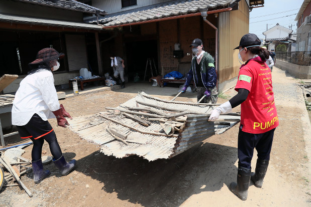 浸水した家屋の片付けを手伝うボランティア=岡山県倉敷市真備町地区で2018年7月18日午後0時11分、幾島健太郎撮影