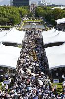 原爆慰霊碑に向かう大勢の人たち=広島市中区の平和記念公園で2017年8月6日、久保玲撮影