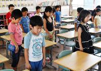 終業式後、西日本豪雨による犠牲者を悼んで教室で黙とうする広島県呉市立原小学校の児童たち=2018年7月20日午前9時、猪飼健史撮影