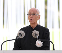 Okinawa Gov. Takeshi Onaga reads out the peace declaration during a ceremony to commemorate the victims of the Battle of Okinawa, in Itoman, Okinawa Prefecture, on June 23, 2018. (Mainichi)