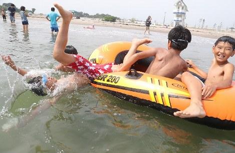 8年ぶりに海開きした相馬市の原釜尾浜海水浴場ではしゃぐ子どもたち=福島県相馬市で2018年7月21日午前9時11分、喜屋武真之介撮影