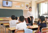熱中症対策のため、教室のテレビを使って行われた終業式=名古屋市西区の市立なごや小学校で2018年7月20日午前8時53分、大西岳彦撮影